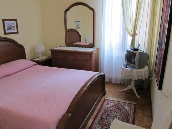 Le Guglie Bed & Breakfast: Bedroom Upstairs