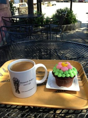 Moonside Bakery and Cafe: cupcake and coffee on the patio
