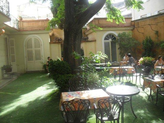 Hotel du Fiacre : Patio pour petit déjeuner !