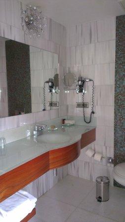 Biz Cevahir Hotel: Double Room with Terrace ( Room 134 - Bathroom)