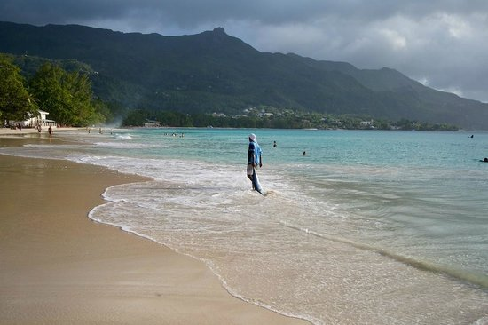 La Plage Restaurant: Beau Vallon bay in high tide (with La Plage on the left)