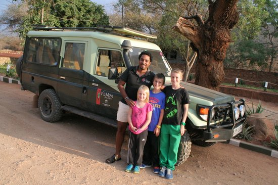 Vumbi Jeep Safaris: Ali & die kids