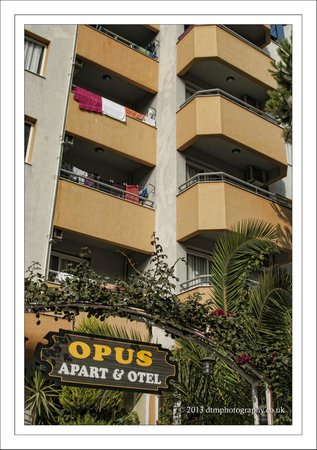 Opus Apart Hotel : Front Entrance