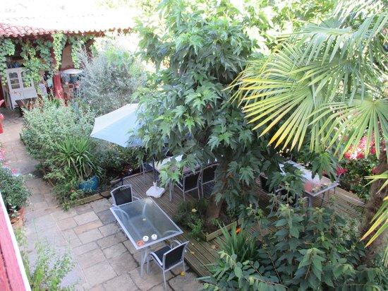 Maison la Croisade : Le coin cuisine en haut et la terrasse du petit déjeuner