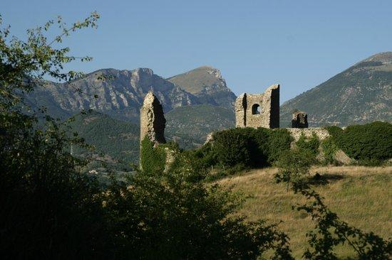 Yelloh ! Village Les Bois du Châtelas : Sur le GR, vue sur les ruines