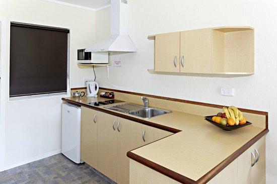 Equestrian Lodge Motel: Studio kitchen