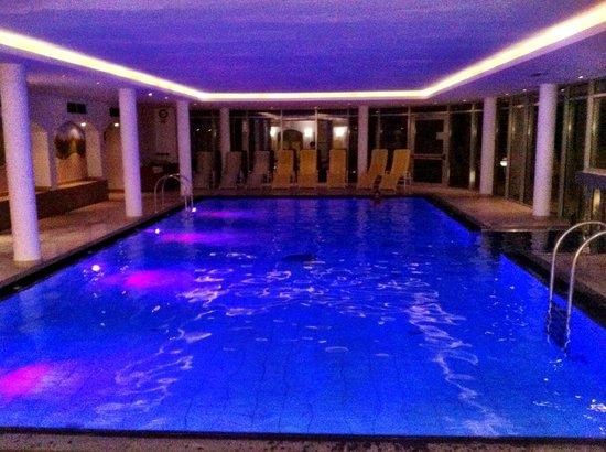 Hotel Scherlin : La piscina coperta di notte...