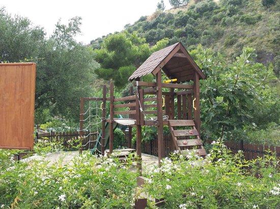 Villaggio Hotel Cala di Luna : giostre per i bambini