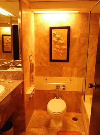 Asia Hotel Bangkok: Clean bathroom