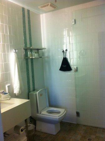 Hotel Indigo Santa Barbara: functional but nice bathroom
