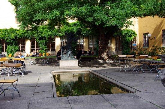 Musée de l'histoire de Suède : Museum garden with pond