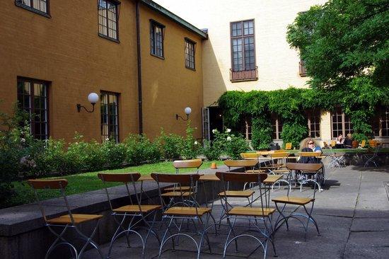 Statens historiska museet (Staatliches Historisches Museum): Eat outside in the museum garden