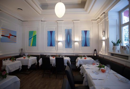 Les Cuisiniers: inside restaurant