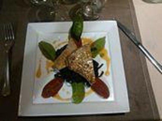 Logis le Commerce: Steak de thon, taglioni à l'encre de seiche