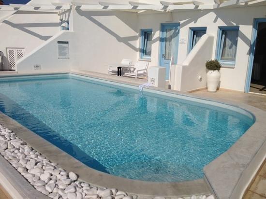 Above Blue Suites: piscina del hotel