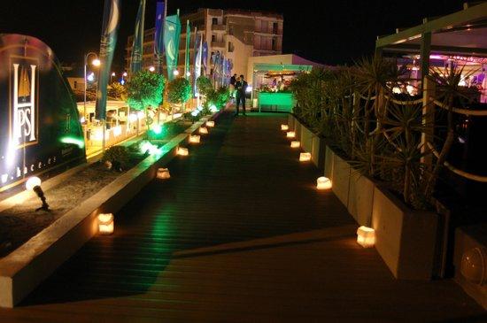 Hotel Puerto Sherry: entrada terraza de noche