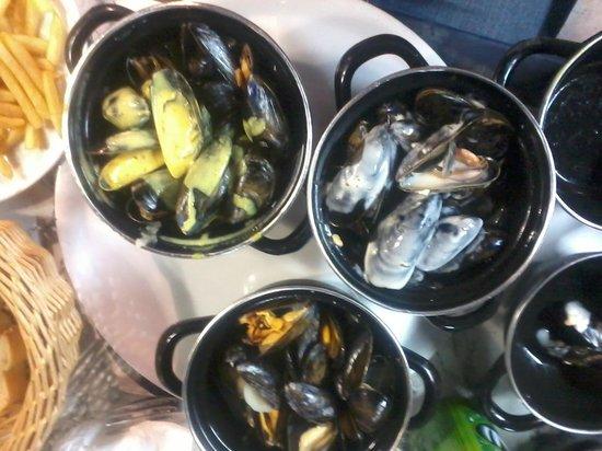 Chez Bruno: Trio de moules (marinière, curry et bleu)