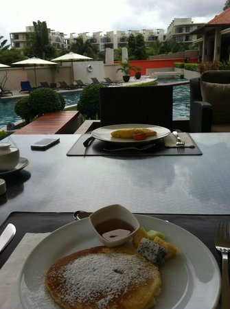 Cachet Resort Dewa Phuket - Nai Yang Beach: Buffet breakfast by the pool
