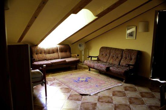 Alqueria de Rosales: El salón de los apartamentos de la alqueria