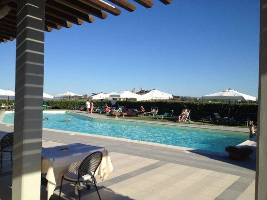 Relais Cappuccina: Pool mit SG im Hintergrund