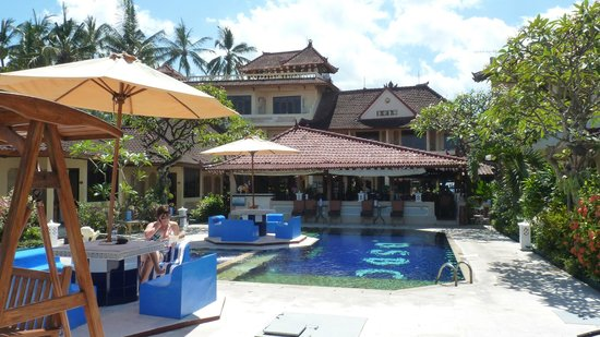 Bali Shangrila Beach Club: The pool, dining area and accommodation