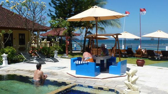 Bali Shangrila Beach Club: The pool and ocean view