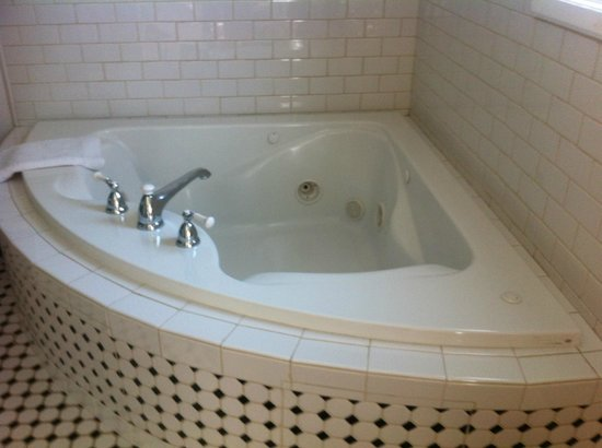 The Craftsman Inn: jacuzzi in the bath