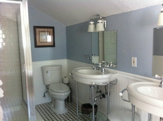 The Craftsman Inn: bathroom with french touch