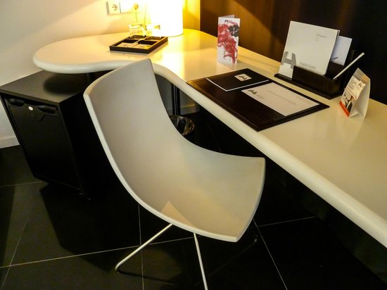Hotel Porta Fira: Writing desk set up in our room