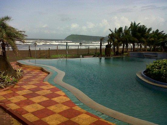 Ratnasagar Beach Resort : Pool close to the beach