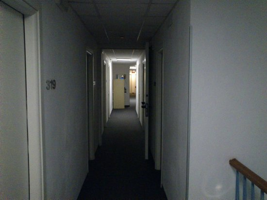 Hotel La Primula: Corridor without much light and leaks