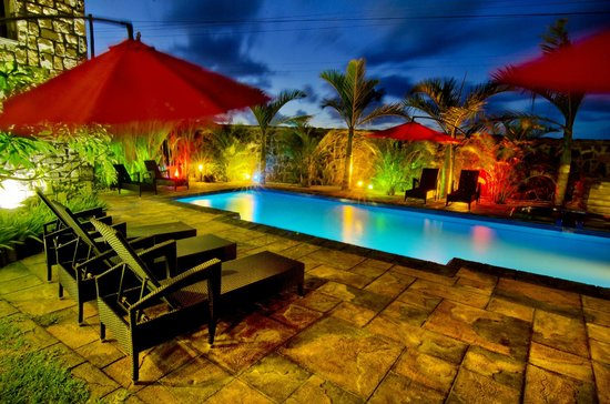 IS Villa: Pool by night