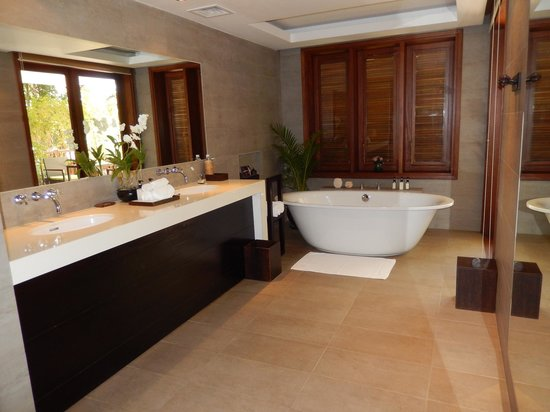 Belmond La Residence d'Angkor: Suite Bathroom with Free Standing Tub