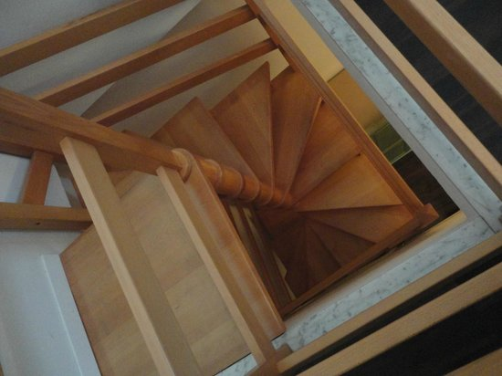 Soggiorno Lo Stellino: Stairs to upper level of family room