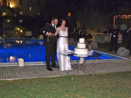 Castello di Montignano Relais & Spa: taglio della torta a bordo piscina