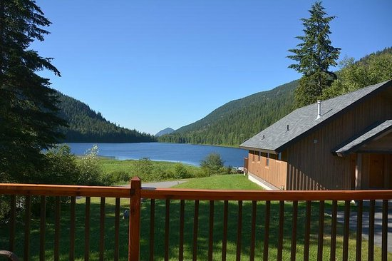 Alpine Meadows Resort: Vue d'un de nos deux chalets sur le petit lac