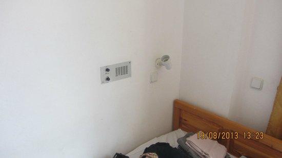 Kastro Beach Apartments: Radio and broken lamp