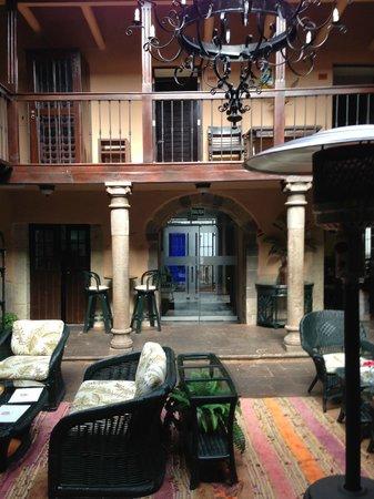 Tierra Viva Cusco Plaza: Indoor courtyard leading into breakfast room