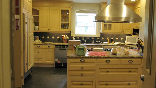 DesBarres Manor Inn: the kitchen open to guests