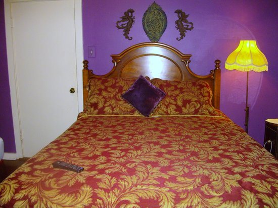 Dauphine House Bed and Breakfast: Queen size bed in the purple room