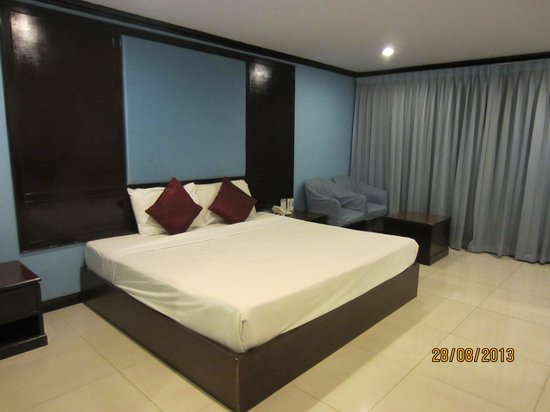Mike Beach Resort: King size bed -Room 708