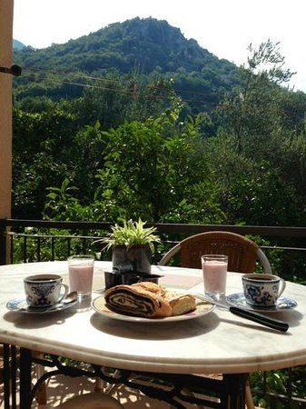 Apartments Kentera : Breakfast on the terrace with mountain and garden view