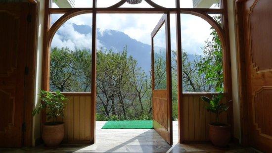 The Manali Lodge: entrance
