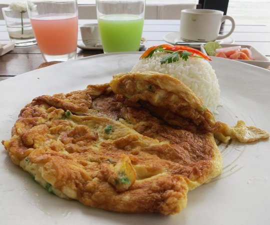 Putahracsa Hua Hin: breakfast (Thai style omlet on rice)