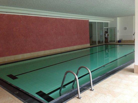Hotel Diamant : piscina grande, nella stanza vetrata in fondo la piscina bassa (h0.30)e riscaldata per i più pic