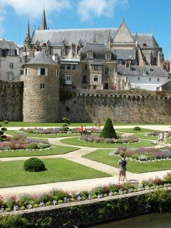 Jardin des Remparts : Giardino che esalta la cinta muraria e la città vecchia