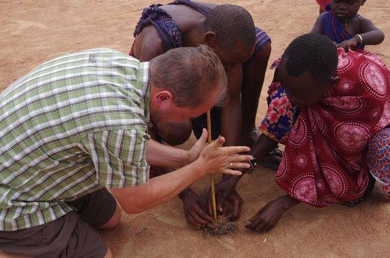 Severin Sea Lodge: Feuer machen bei den Masais