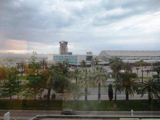 Ibis Budget Nice Aeroport : 空港管制塔が目の前に見える