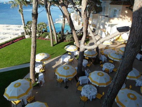 Hotel La Residence de la Pinede: Looking down at the terrace