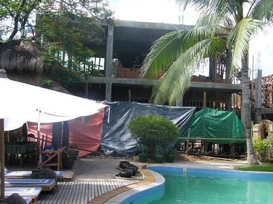 Kaday Aung Hotel: Le chantier au bord de la piscine